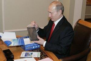 رئيس الوزراء الروسي فلاديمير بوتين يتفحص جهاز التوجيه الجغرافي المبني على خدمات منظومة جلوناس